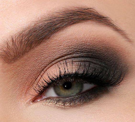 Dramatic eye makeup for green eyes