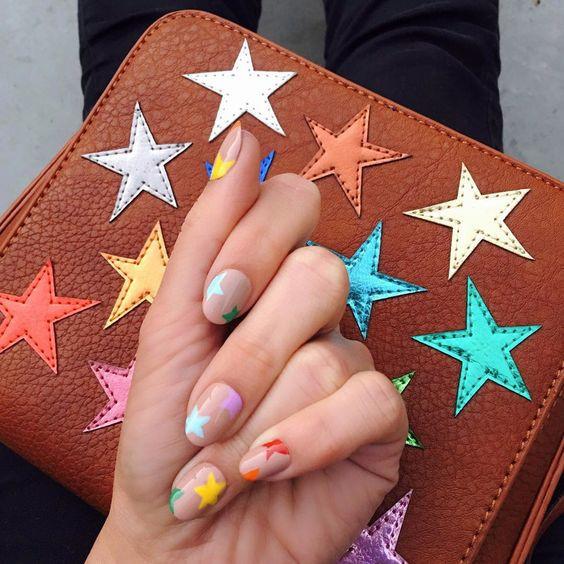 Яркий и красочный маникюр со звездами