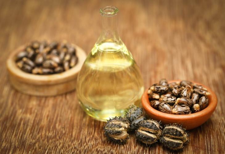 Касторовое масло делает волосы шелковистыми и блестящими