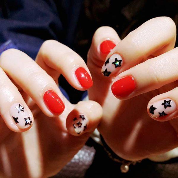 Красный маникюр со звездами