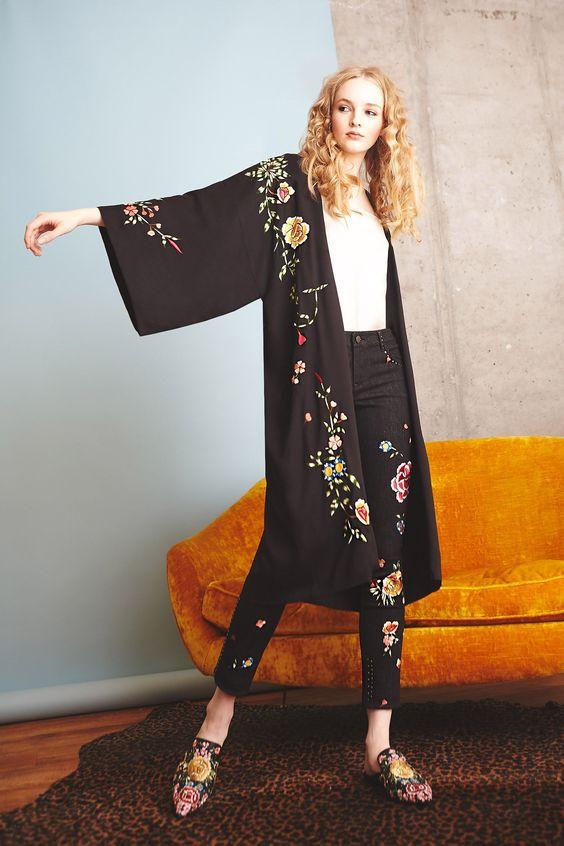 Кимоно и черные брюки
