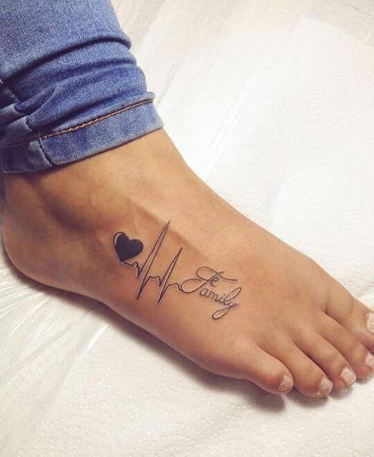 Фото у девушки на ноге тату или надпись
