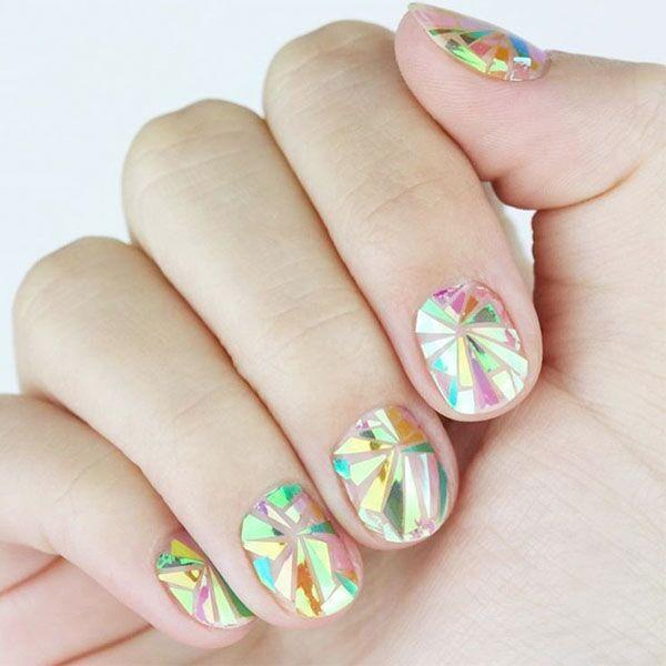 Модный маникюр с эффектом битого стекла на ногтях