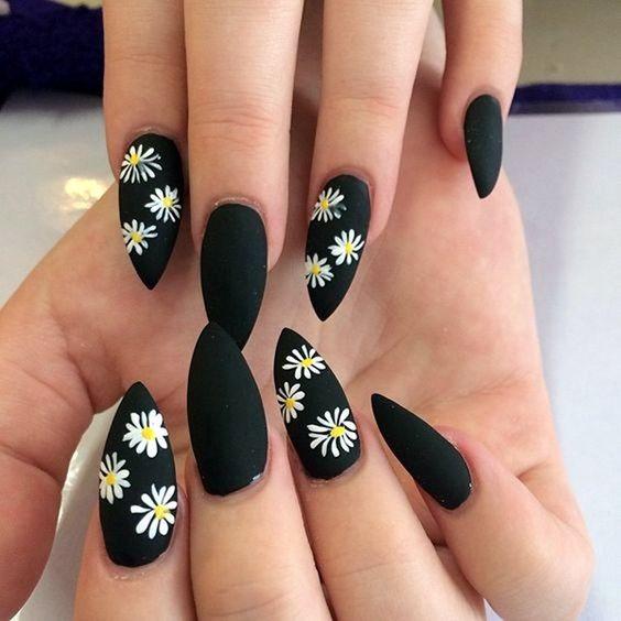 Матовый черный маникюр на длинных ногтях