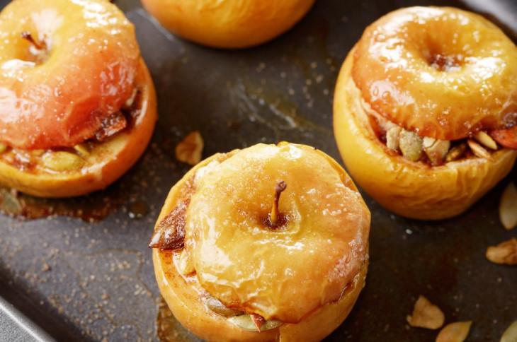 Печеные яблоки с орехами – самый быстрый и очень полезный завтрак