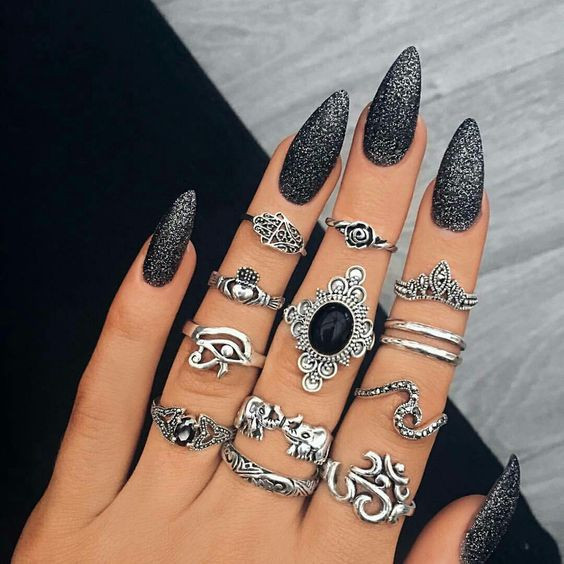 Черный маникюр с серебром на длинные ногти