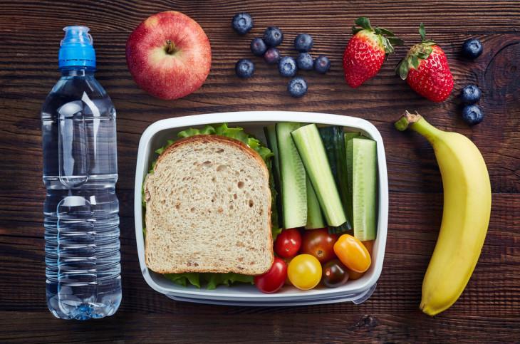 Ученые рассказали, какие офисные перекусы становятся причиной лишнего веса