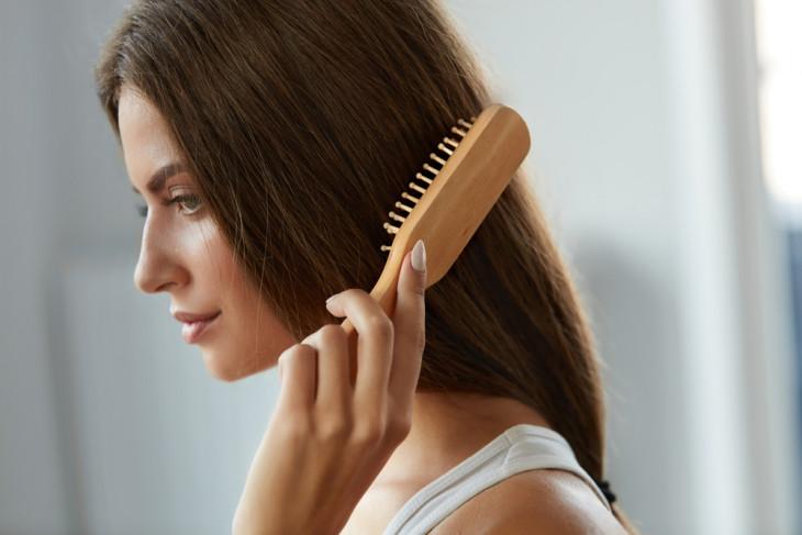 Как ускорить рост волос: массаж кожи головы расчёской