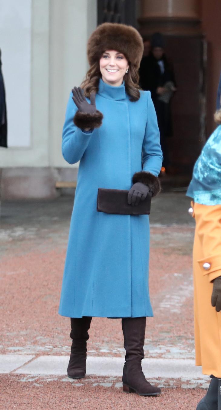 Кейт Миддлтон в синем пальто