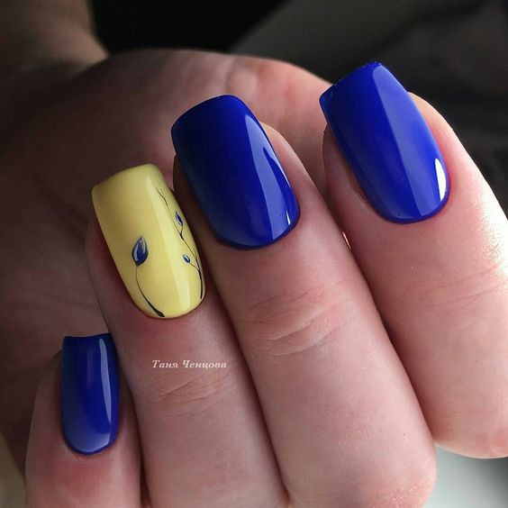 Сине-желтый маникюр с цветами