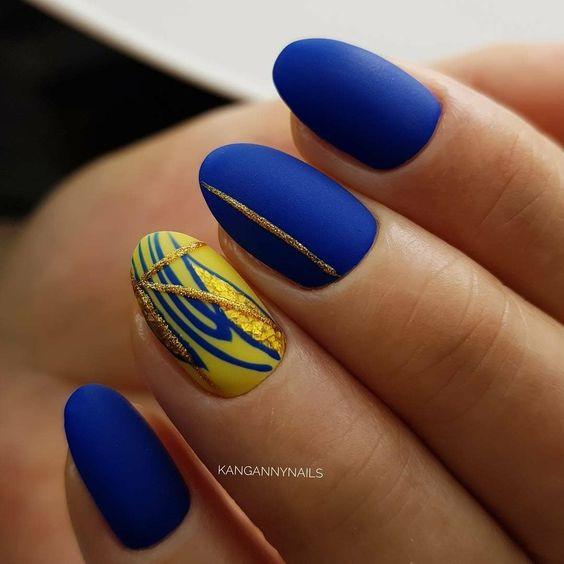Сине-желтый маникюр с блестками