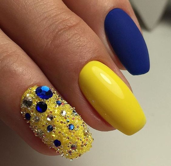 Сине-желтый маникюр с стразами