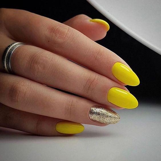 Красивый желтый маникюр с глиттером