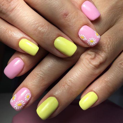 Желто-розовый маникюр с цветами