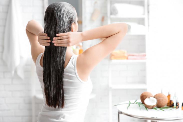 девушка смывает хну с волос