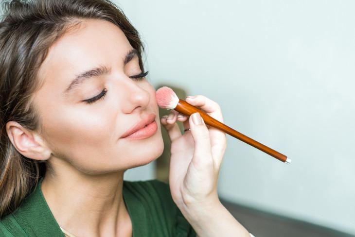 как замаскировать синяки под глазами косметикой