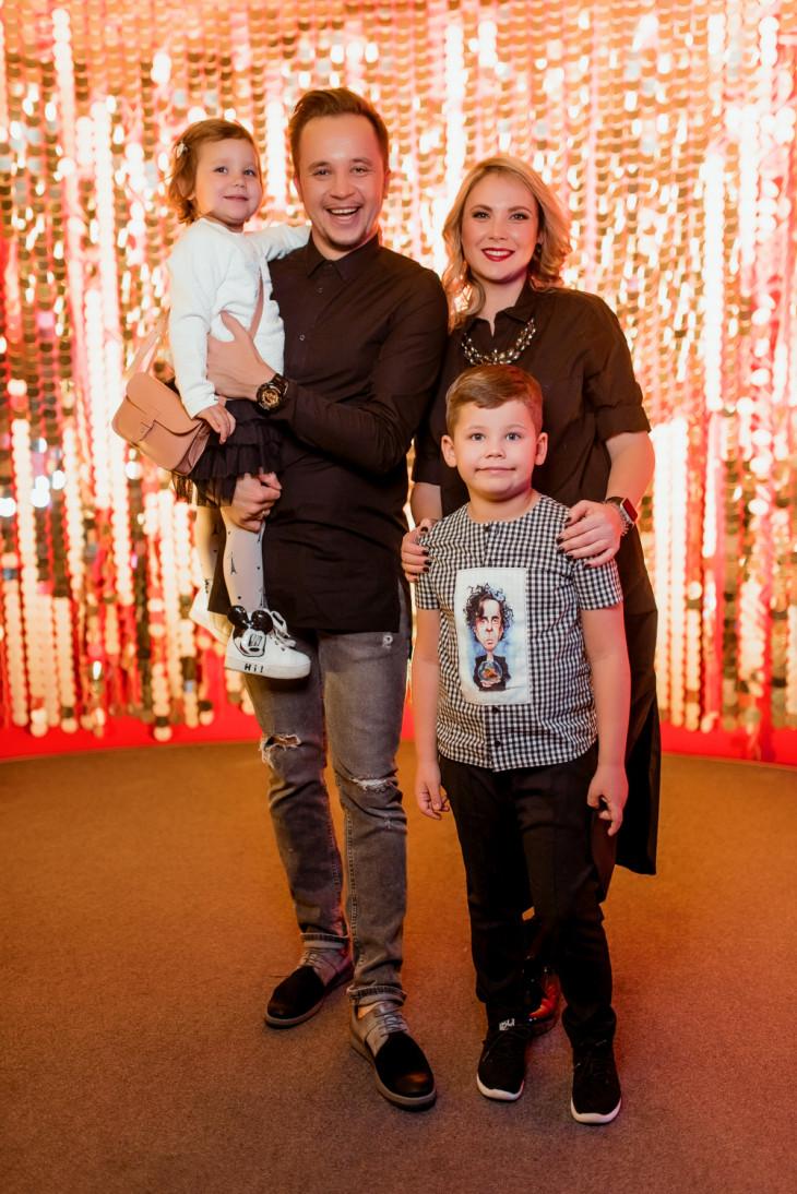 Артем Гагарин с женой Ириной и детьми
