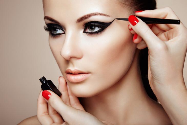 какой макияж не нравится мужчинам: черные стрлки
