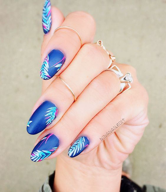 летний дизайн ногтей с синим лаком