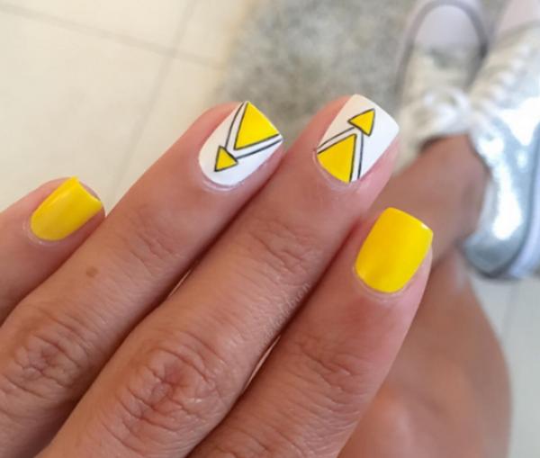 желтый маникюр с белым и черным