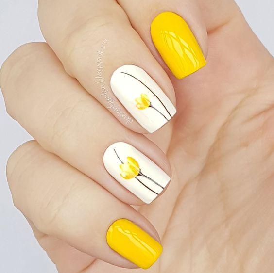 желтый маникюр с цветами