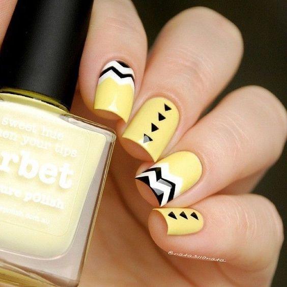 желтый маникюр с красивым узором