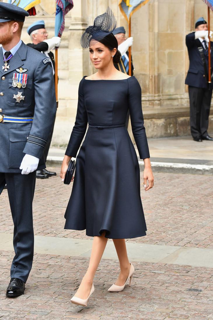 Меган Маркл в черном платье