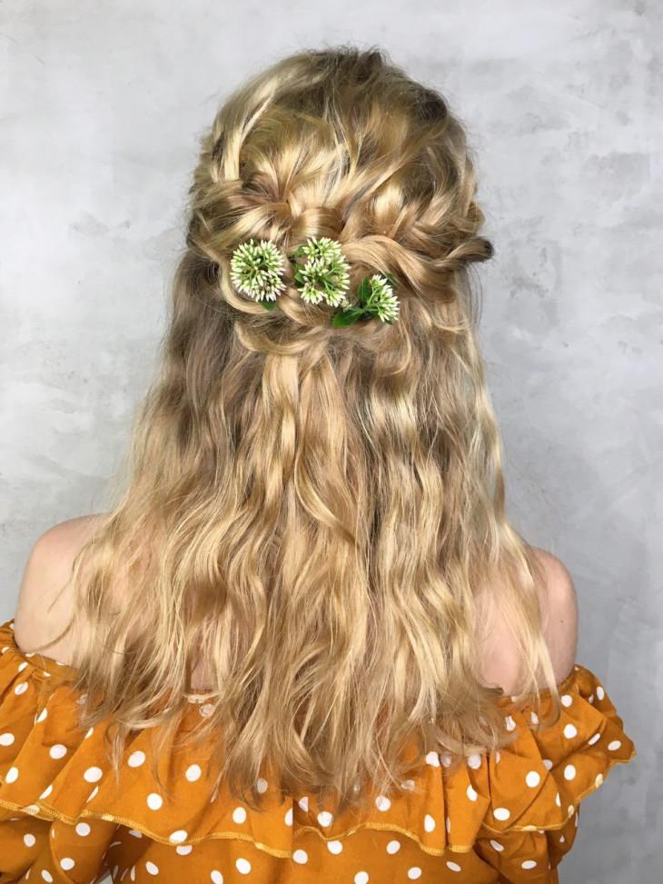 свадбеные прически на короткие волосы с плетением и цветами