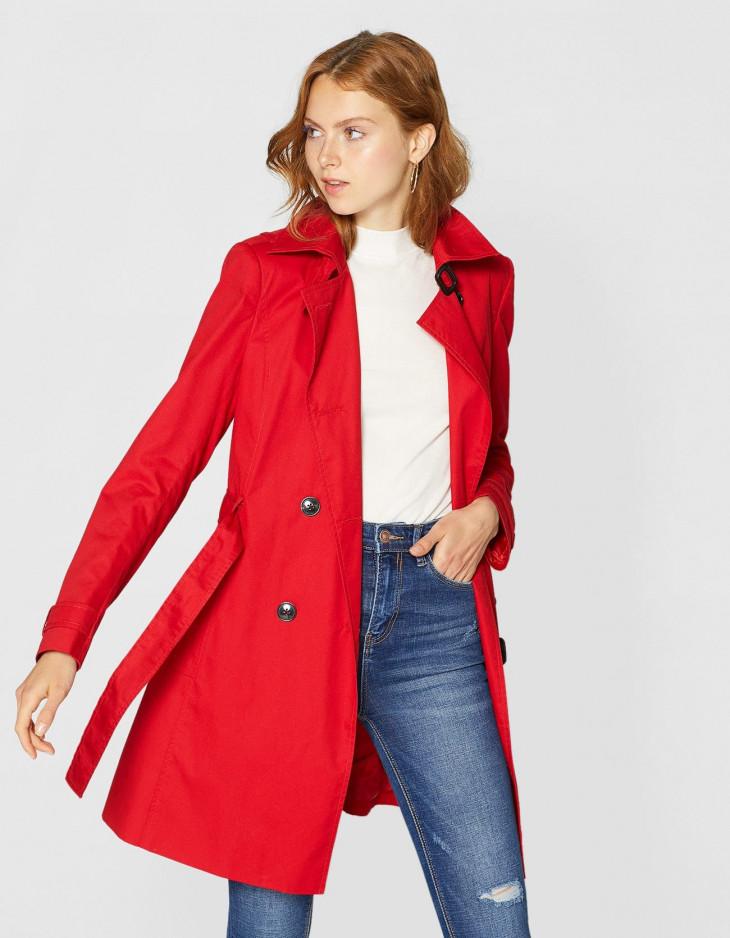 осеннее пальто красного цвета stradivarius