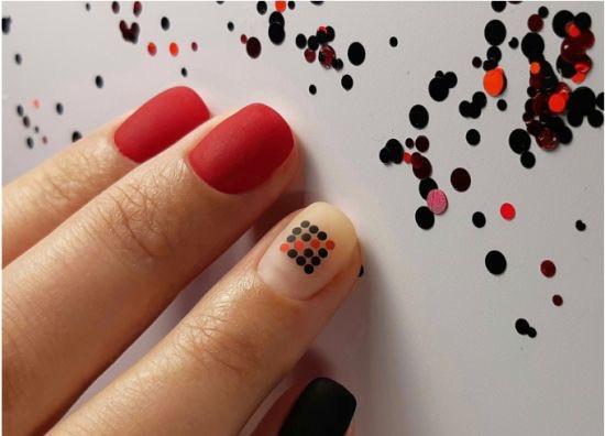 Идеи красного маникюра: геометрия на красных ногтях