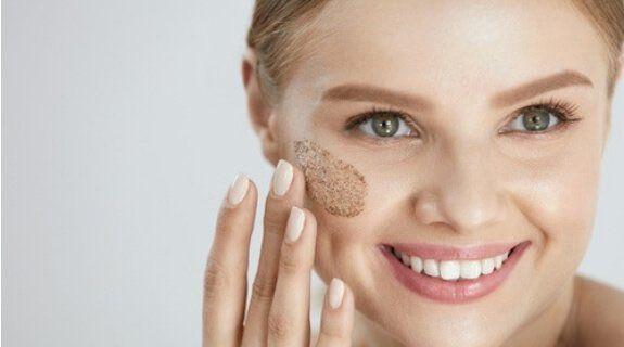Как избавиться от жирного блеска на лице: скраб