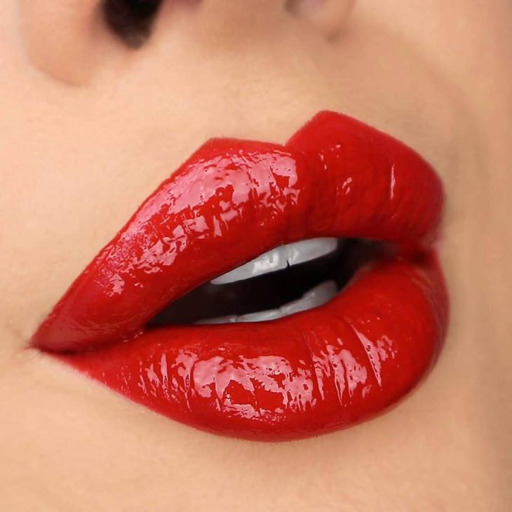 красные губы с эффектом винила