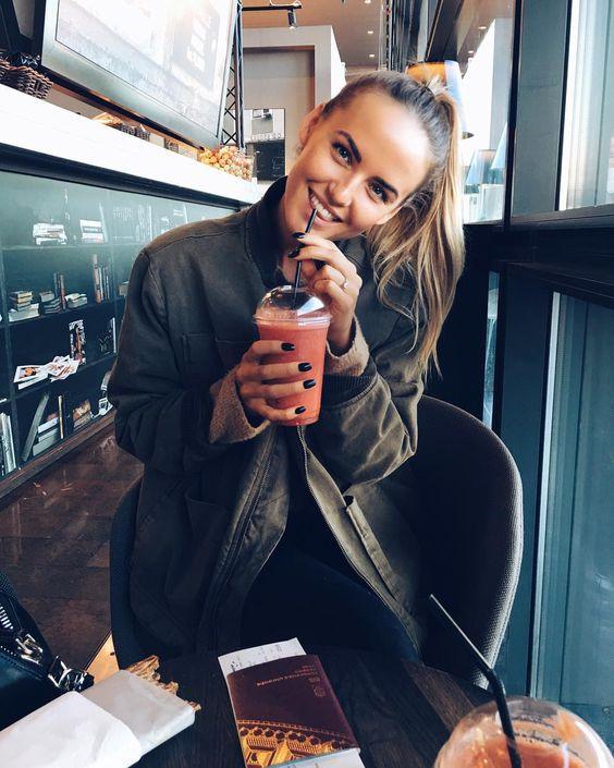 девушка пьет смузи