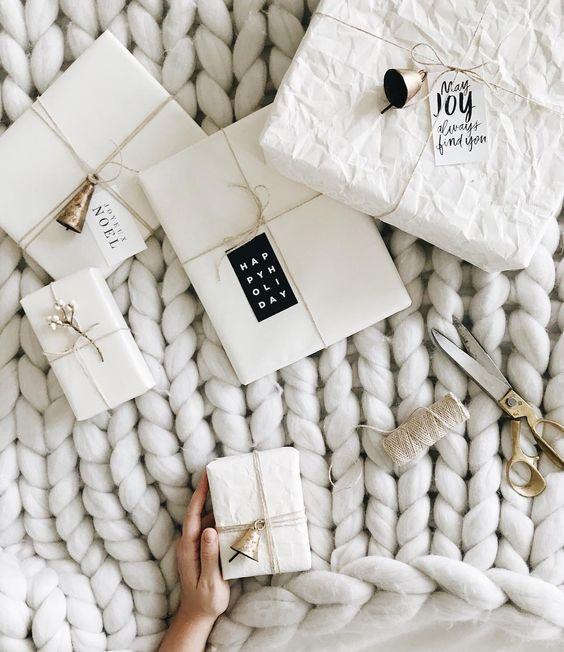 Упаковка из белой бумаги с колокольчиками