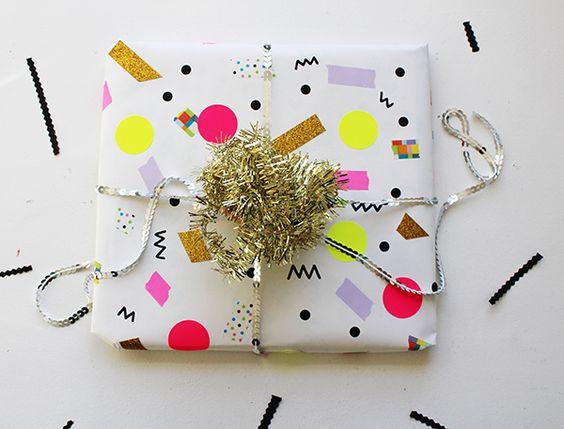 Упаковка из цветной бумаги с мишурой