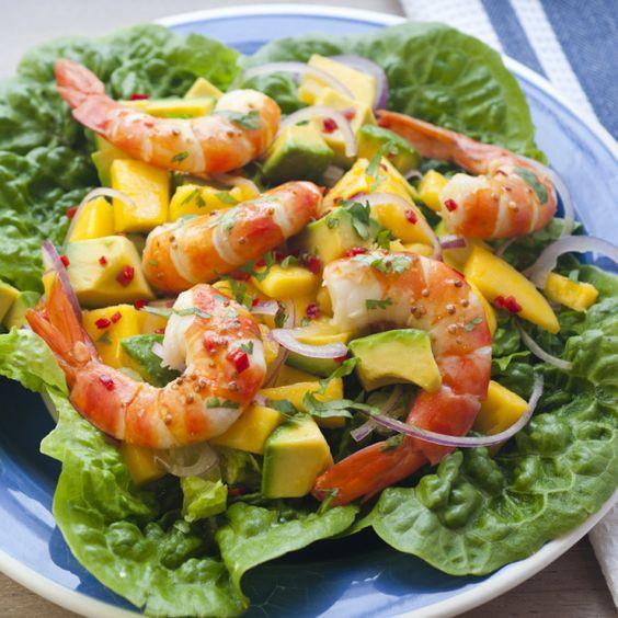 Салат с креветками и манго