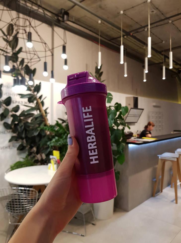 Преображение с Herbalife Nutrition: бутылка с напитком