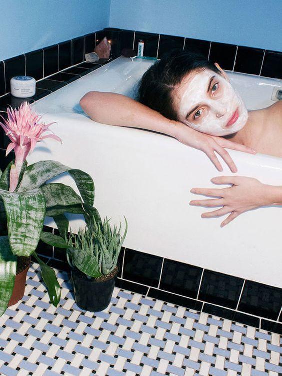 девушка в ванной алоэ