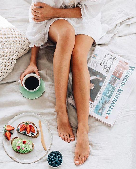 девушка за завтраком