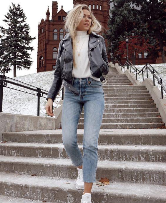 Девушка в классических джинсах
