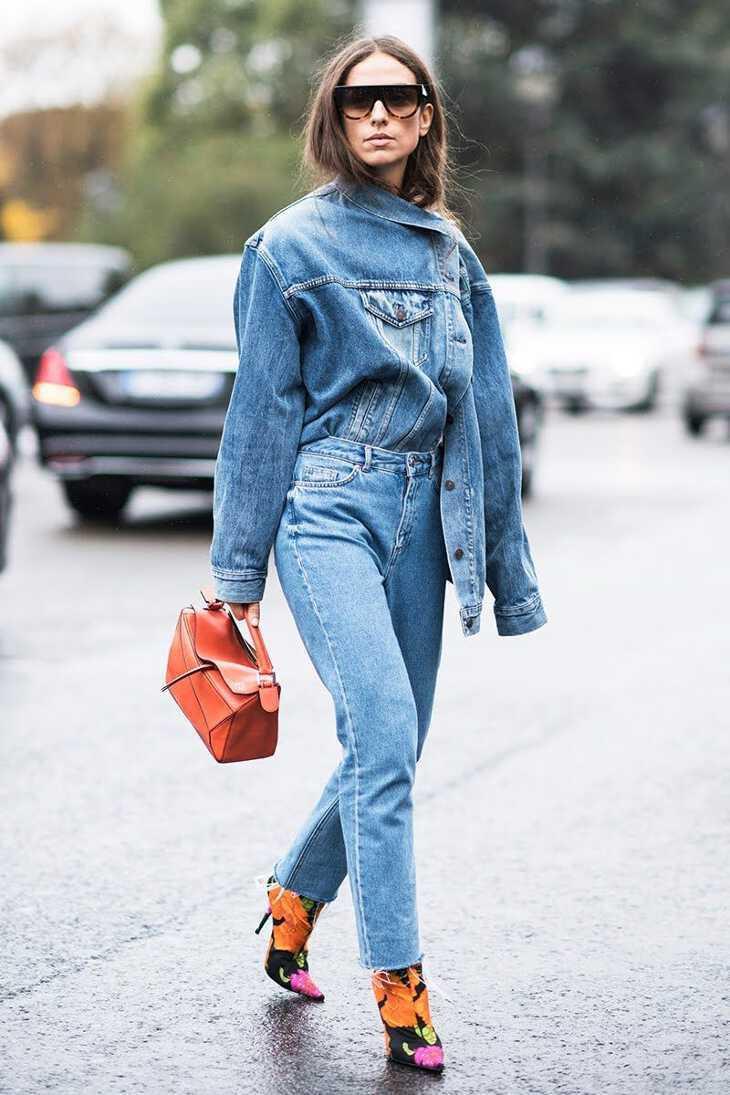 Женщина в джинсах бойфрендах