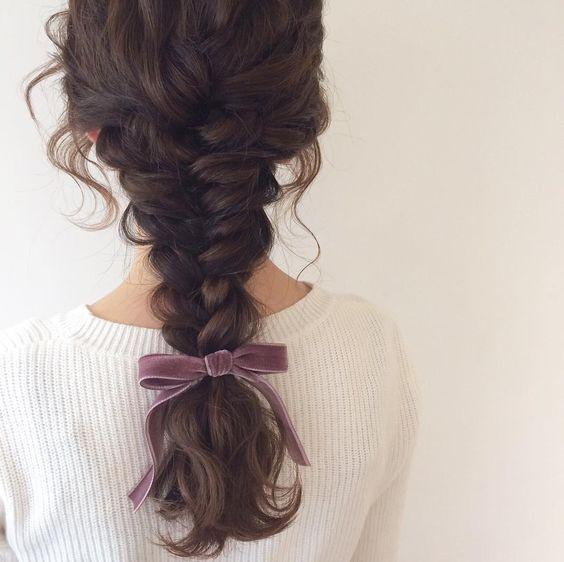 Распущенная французская коса на кудрявых волосах