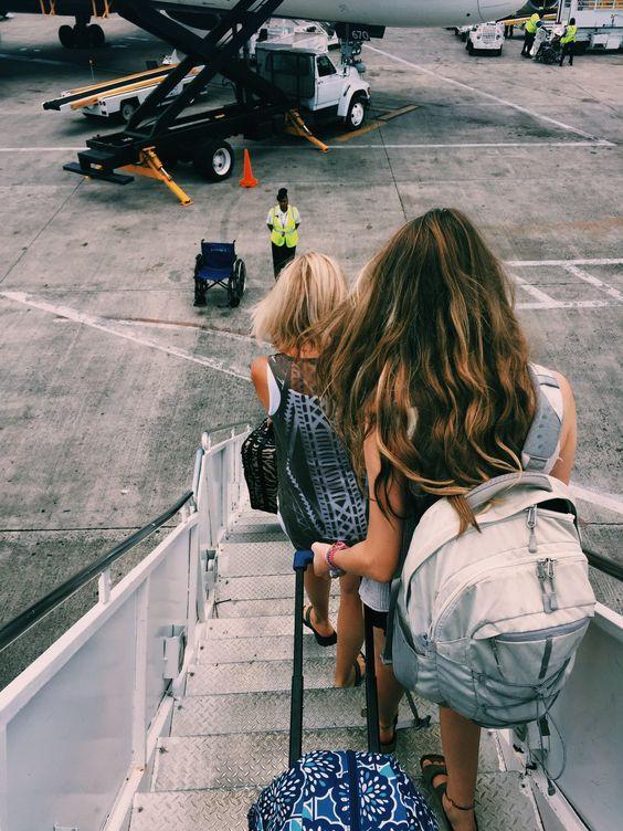 Девушки спускаются с трапа самолета
