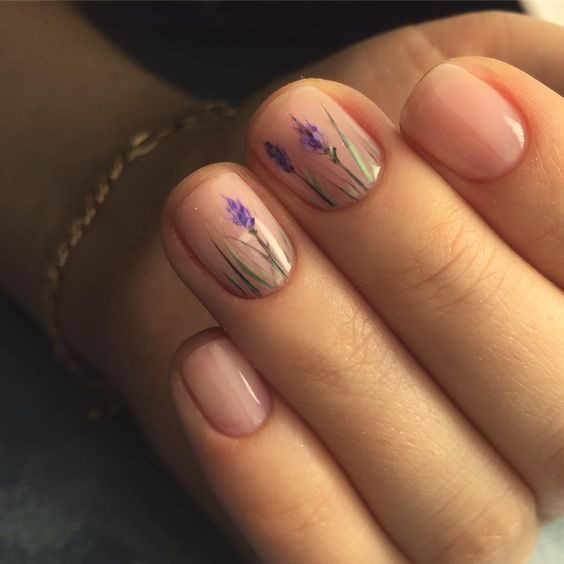 Полупрозрачный лак отлично смотрится на коротких ногтях