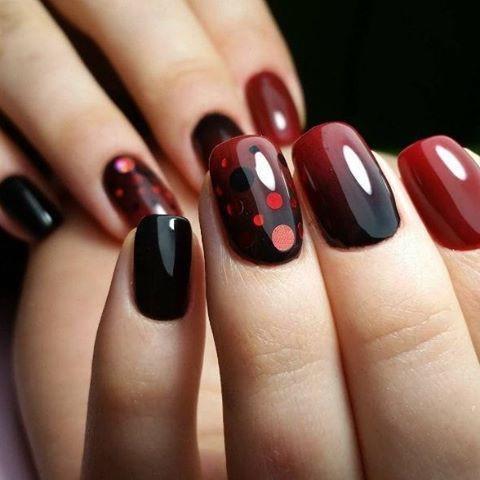 Красно-черный маникюр с конфетти