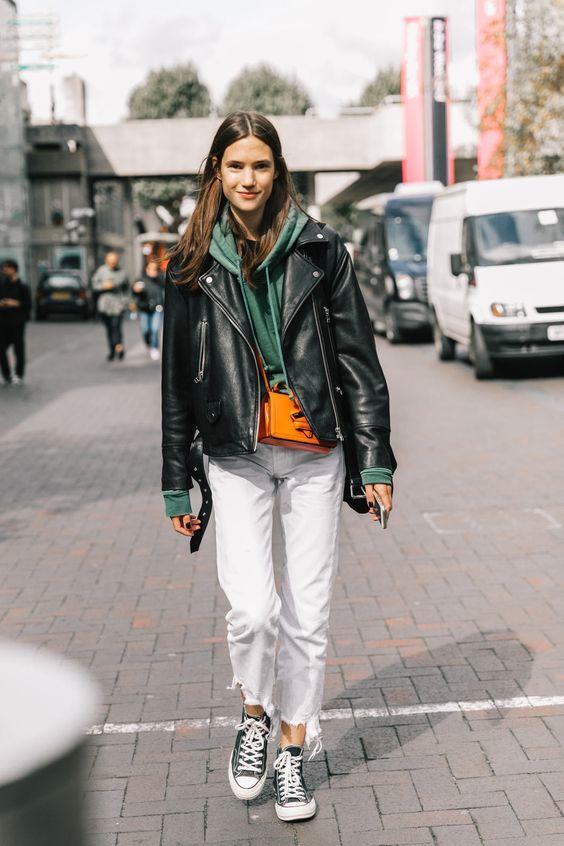 Девушка в толстовке и белых джинсах