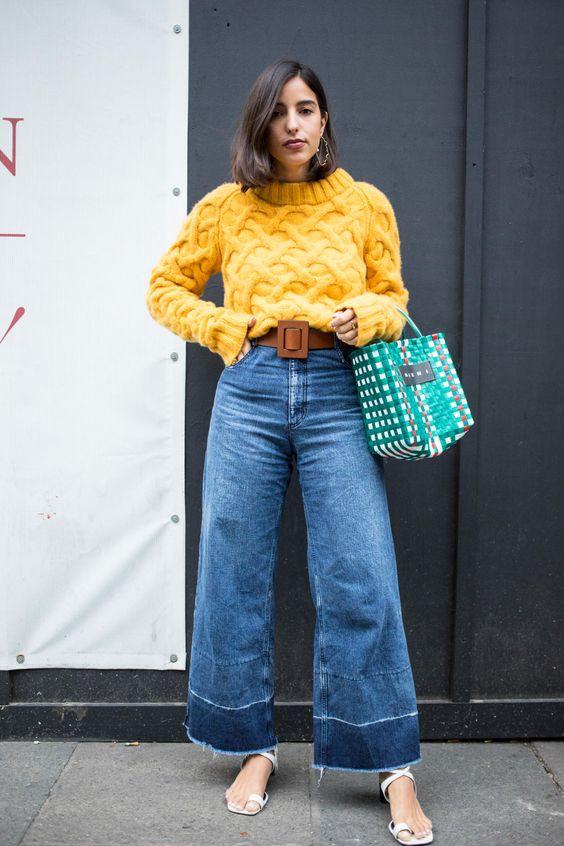 Широкие джинсы клеш на девушке