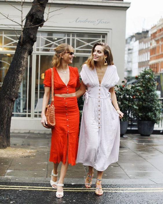 Модные девушки стильно одеты