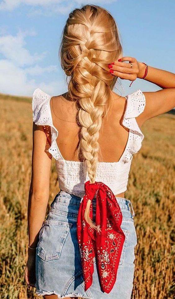 Длинная французская коса, украшенная пестрым платком