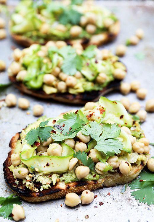 Тосты с авокадо и хумусом